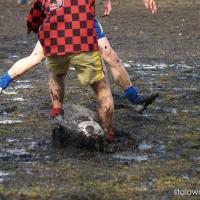 Ciężkie warunki na bocznym boisku w Poniatowej