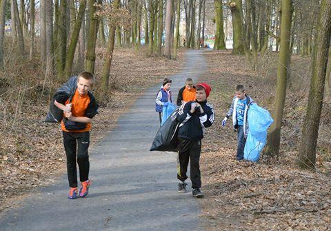 Młodzi stalowcy sprzątający poniatowskie lasy